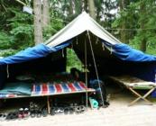 Wyposażenie namiotów – podłogi, kanadyjki, materace, koce, szafka